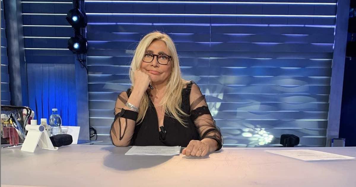 Mara Venier con gamba ingessata