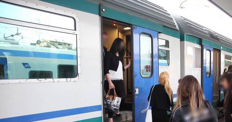 in treno senza mascherina sputa