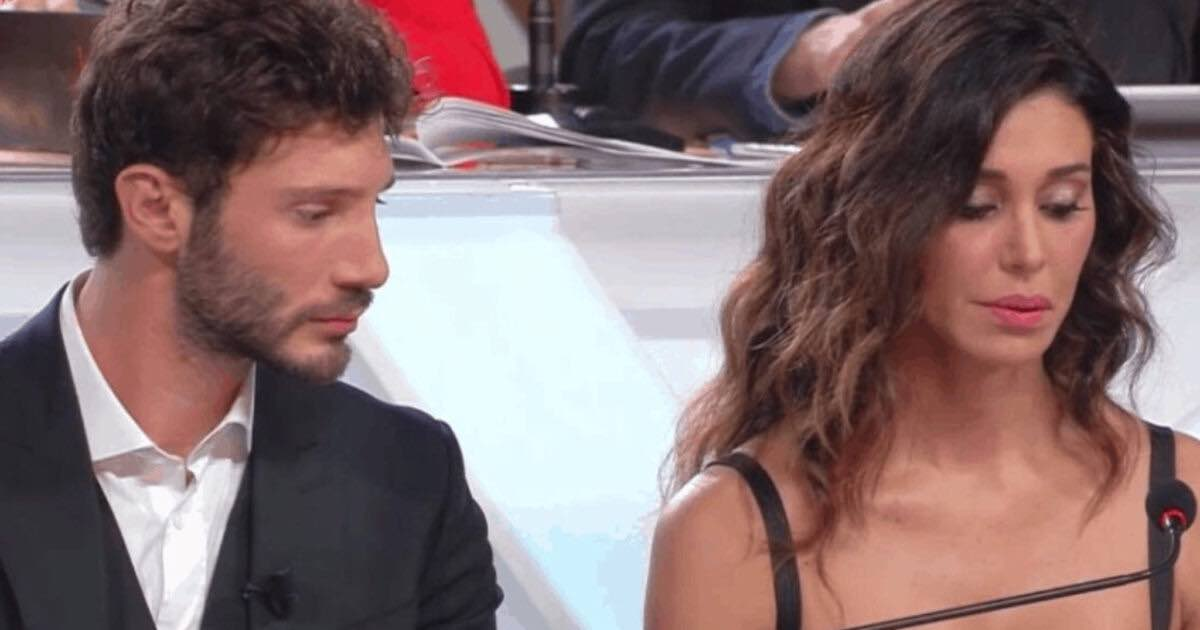 Belen e Stefano si ignorano in aeroporto