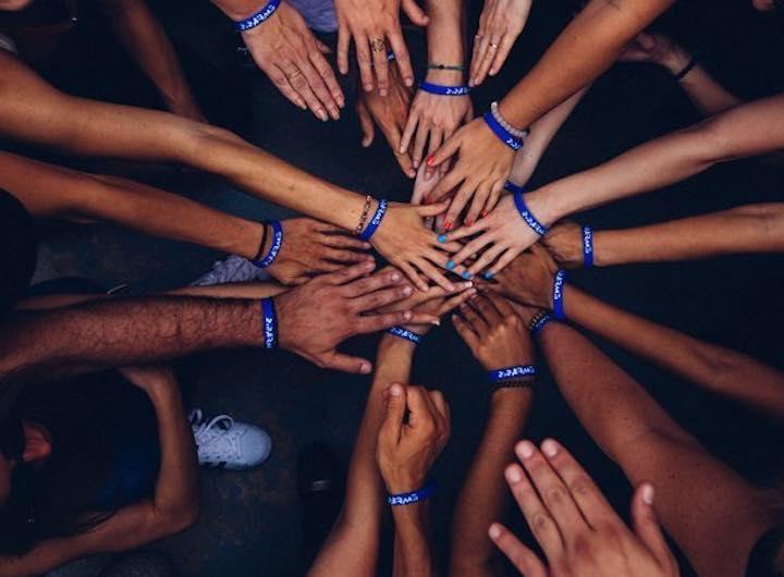 Molte mani interconnesse
