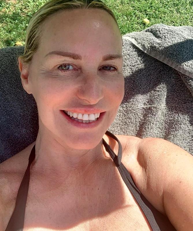 Antonella Clerici in bikini e senza trucco