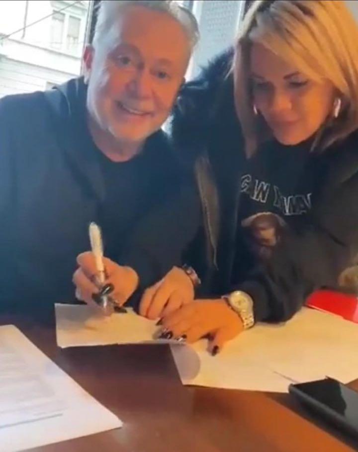 Angela da Mondello firma il contratto con Lele Mora e continua a far discutere