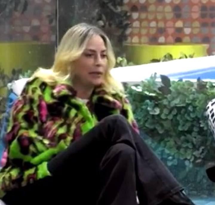 GF Vip. Stefania Orlando indossa sempre una pelliccia multicolor