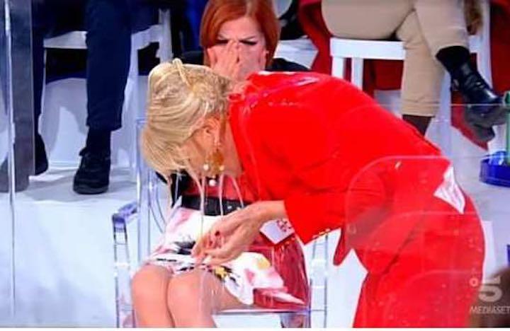 Gemma Galgani e Tina Cipollari- scontro a suon di gavettoni