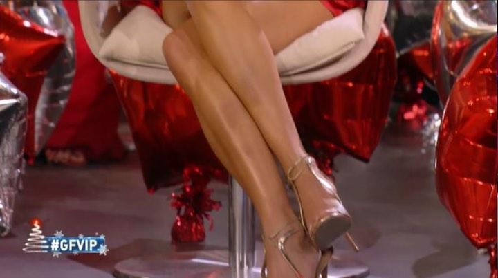 è incantevole con abito rosso fuoco e sandali