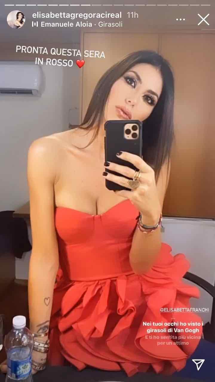 è incantevole con abito rosso fuoco